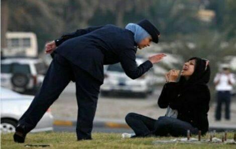 کشیدن دختر بحرینی روی زمین توسط پلیس