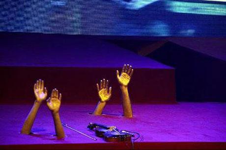 دکوراسیون جالب و عجیب در کنسرت بنیامین بهادری