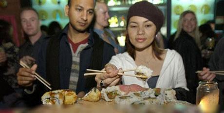 غذا خوردن روی بدن برهنه دختران برای جلب مشتری و درآمدزایی