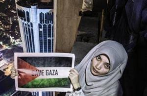 بالا رفتن دختر از برج 274 متری برای حمایت از غزه