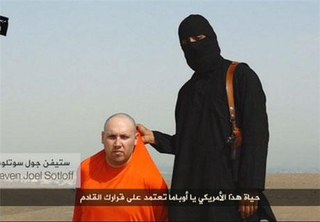 بریدن سر یک آمریکایی توسط داعشی ها جلوی دوربین