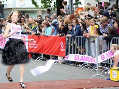 مسابقه دو زنان با کفش پاشنه بلند|www.rahafun.com|