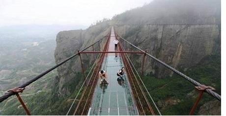ساخت پل شیشه ای توسط مهندسین چینی