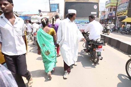 25سال خلاف جهت راه رفتن این مرد هندی