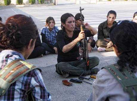 عکس های جالب از زنان و دختران در حال آموزش برای جنگ سوریه