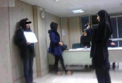 گشت ارشاد در حال عکس گرفتن از دختران بی حجاب