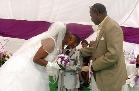 عکس ازدواج پسر 8 ساله با زن 61 ساله