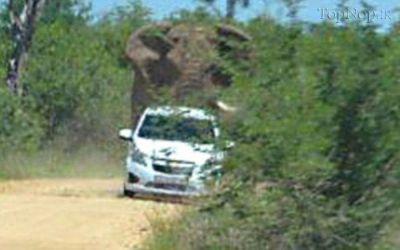 عکس حمله فیلم عصبانی به یک ماشین