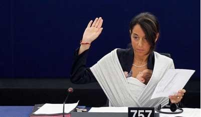 شیر دادن به بچه در صحن علنی مجلس|www.rahafun.com