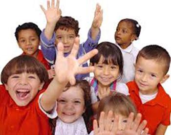 اغلب والدین ترجیح میدهند فرزندانی تربیت کنند که به راحتی بتوانند با دیگران ارتباط برقرار کرده و دوستیهای خوب و سالم داشته باشند... ولی متاسفانه نمیدانند از کجا شروع کنند و از چه روشهایی پیروی کنند. ما در اینجا به شما روشهایی را معرفی میکنیم که با پیروی از آنها بتوانید مهارتهای اجتماعی را در فرزندانتان تقویت کنید. نقاط ضعف و قوت فرزندتان را شناسایی کنید. پیش از شروع هر کاری، رفتار فرزندتان را با دیگران زیرنظر بگیرید و نقاط ضعف و قوت او را ارزیابی کنید و ببینید آیا برای ارتباط برقرار کردن با دیگران تمایل دارد؟ آیا به کمک و همدردی با دوستان خود علاقهای دارد؟ چه تعداد دوست دارد؟ علایم هشداردهندهای که میتوانید در فرزندتان مشاهده کنید، بدین صورت است: تعداد دوستانش کم باشد، نوبت را رعایت نکند، خود را دست کم بگیرد، اسباببازیهایش را به دیگران ندهد، در موقع گفتوگو با دیگران یا خیلی به آنها نزدیک شود یا خیلی دور بایستد و فاصله مناسب را رعایت نکند، زور بگوید و فقط بخواهد حرف خود را به کرسی بنشاند، با لحنی خشن و تند صحبت کند، مرتب ایراد بگیرد، صحبت دیگران را قطع کند و خود شروع به حرف زدن کند، با دوستان خود کنار نیاید، قدرت برقراری ارتباط چشمی را نداشته باشد و در نهایت پیش از اتمام کامل بازی، آن را ترک کند و سراغ کار دیگری برود. چگونه دوستیابی را به فرزندتان آموزش دهید. والدین باید به فرزندان خود مهارتهای اجتماعی را آموزش بدهند و این فرصت را برای آنها فراهم کنند تا خود با سعی و خطا بتوانند با دیگران ارتباط برقرار کنند. بر طبق نظر روانشناسان، کودکان از همان سنین کودکی میتوانند مهارتهای اجتماعی را از والدین خود فرا بگیرند. بهتر است والدین ابتدا روی نقاط ضعف کودکشان متمرکز شوند و یکی یکی روی آنها کار کنند. پدر و مادر میتوانند هر یک به تنهایی روی تک تک این مشکلات با فرزندشان کار کنند و خود الگوی مناسبی برای او باشند و به او توضیح دهند که در زندگی رفتار خوب و مناسب داشتن چقدر اهمیت دارد و سپس از او بخواهند به تدریج رفتار و منش خود را اصلاح کند و هر روز، اشتباهاتش از روز قبل کمتر شود. والدین نیز باید فرصتهایی را فراهم کنند تا او بتواند مهارتهای جدیدی را که آموزش دیده است، تمرین کند. البته بهتر است در ابتدا با کودکانی برخورد کند که آنها را نمیشناسد و یا حتی از او کوچکتر هستند. به این تر