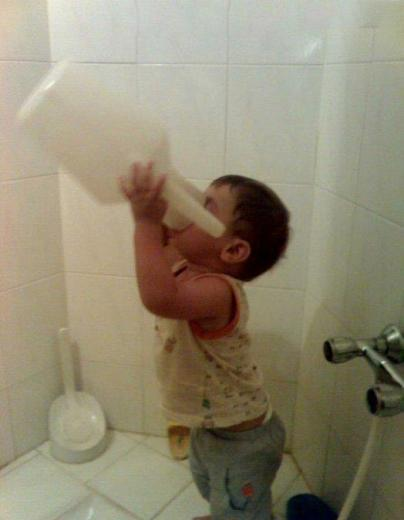 عکس خنده دار آب خوردن پسرا
