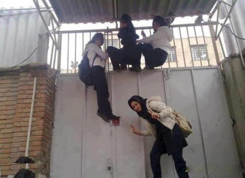 عکس فرار کردن دخترها از مدرسه