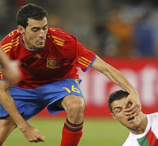 عکس خنده دار فوتبال بازی کردن آقایان