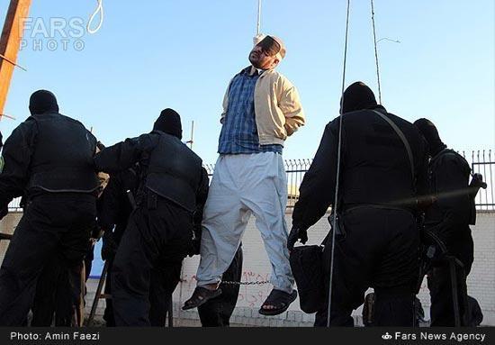 عکسهای اعدام کردن دو متجاوز به عنف