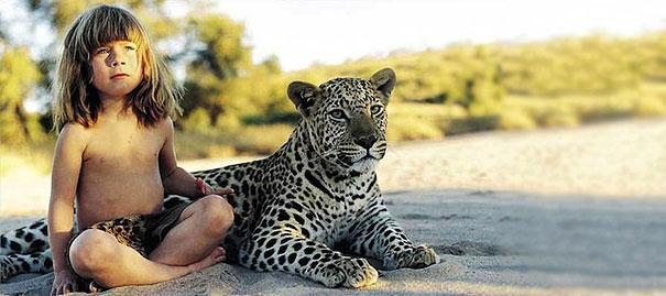 این دختر با حیوانات وحشی آفریقا بزرگ شده - عکس