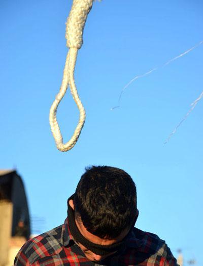 تصاویر اعدام مرد متجاوز در ورزشگاه